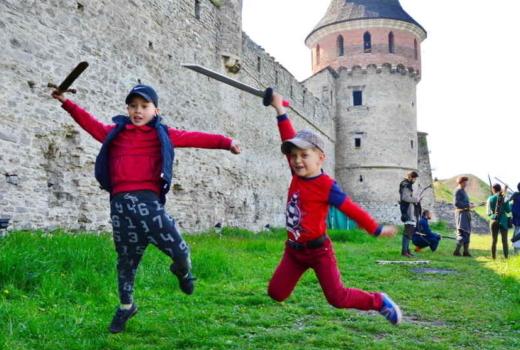 Весенний-семейный-отдых-в-лагере рыцари